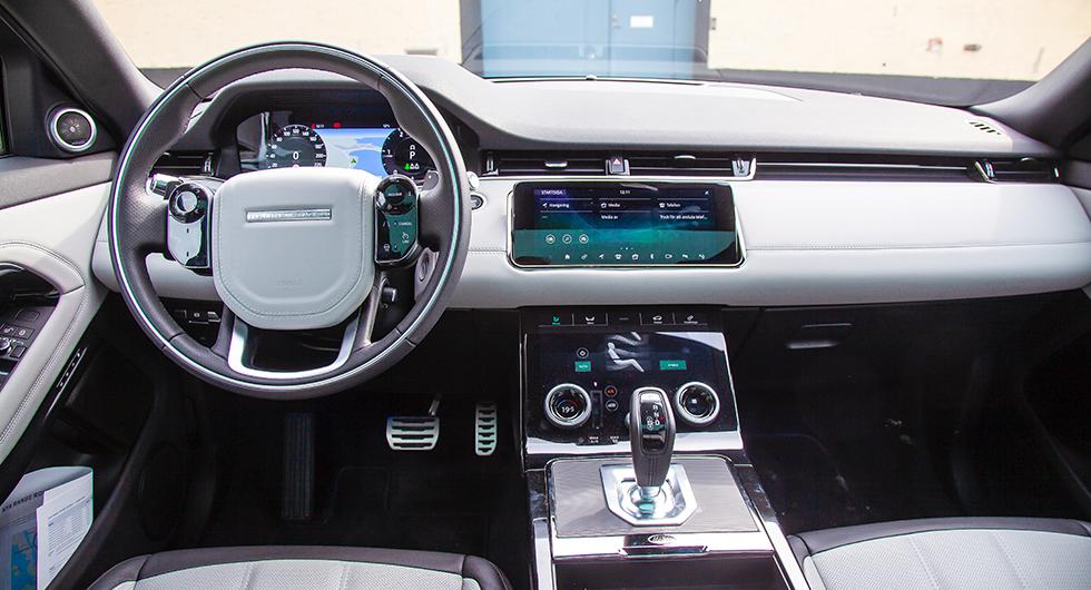 Evoque har fått samma interiör som Velar. Två pekskärmar i mitten och en skärm framför ratten. Kvalitetskänslan är hög. Rattvärme är standard.