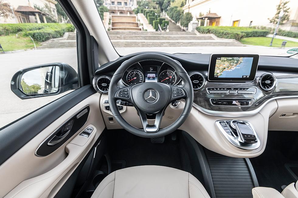 """Ordning och reda. Mediaskärmen använder Mercedes något äldre """"Command"""" gränssnitt vilket saknar stöd för pekplatta."""