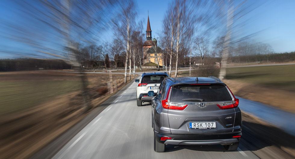 Citroën skuggar två av klassens verkliga storsäljare, Honda CR-V och Toyota RAV4, med Lovö kyrka i fonden.