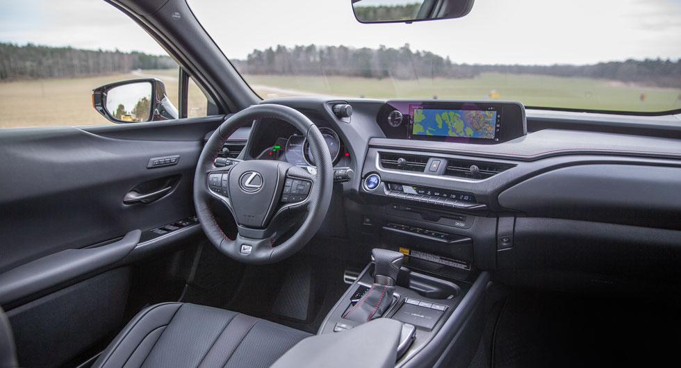 Lexus: Egen och rätt trivsam stil med knapparna utströdda men man lär sig efter ett tag. Analog klocka, blinkers tickar som ett gammalt väckarur.