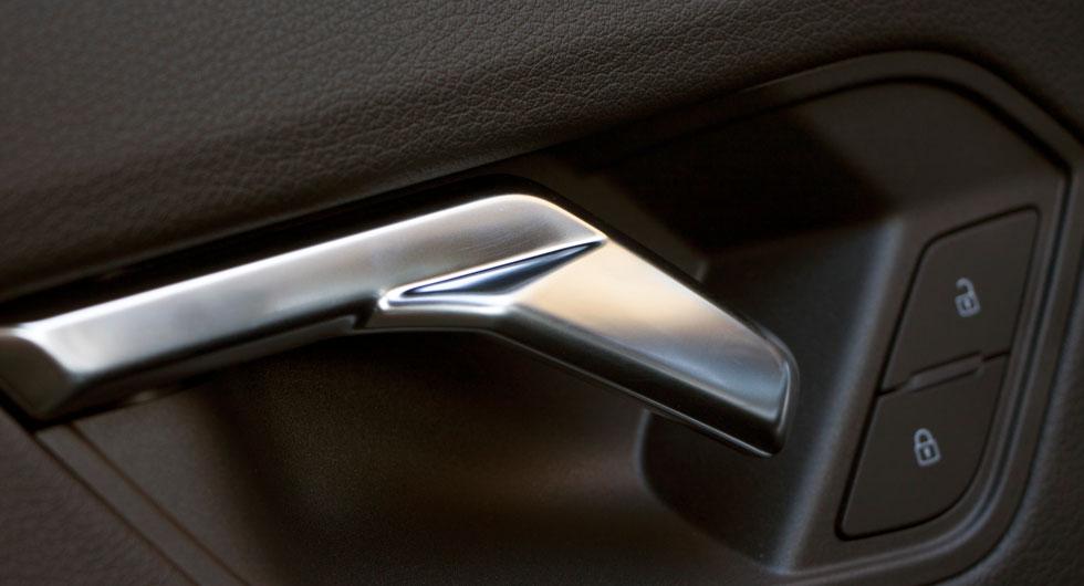 Audi: De inre dörrhandtagen ser ut som stiliserade örnhuvuden och är inte lika enkla att dra i som konventionellt formade – en förändring för förändringens skull.