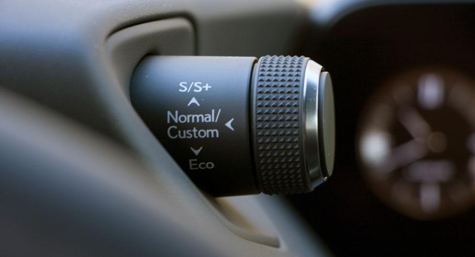 """Lexus: Fem olika, tydliga körlägen kan ställas in med """"hornet"""" till höger på instrumenthuset."""
