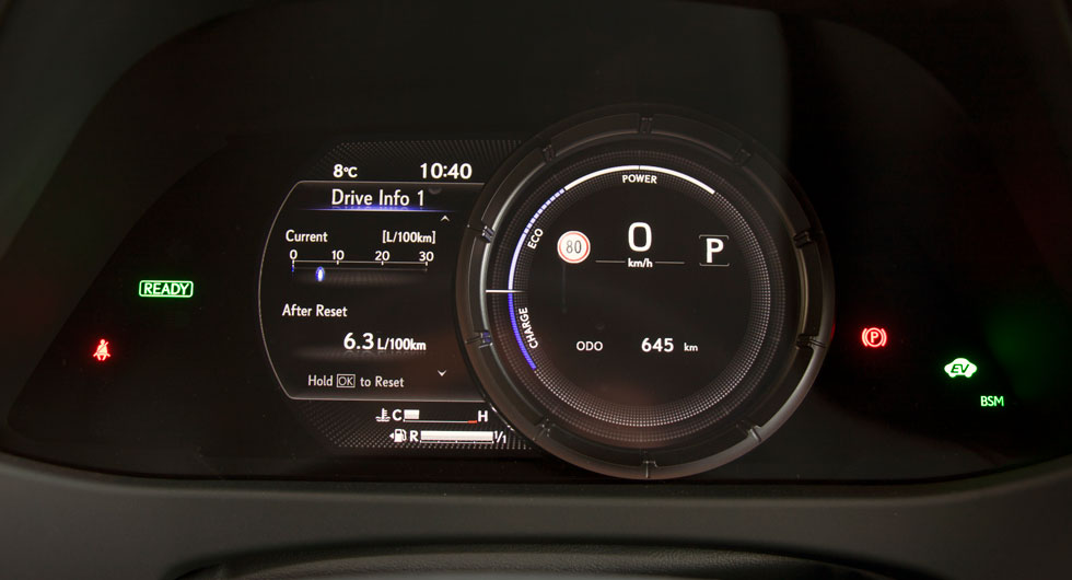 """Lexus: """"Enögt"""" instrumenthus som döljer en gimmick: Med en knapp på ratten kan rundeln skjutas i sidled och blotta hela färddatorn."""