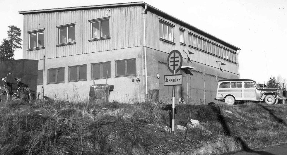 """Det kryptiska vägmärket för """"Tättbebyggt område"""", här i Jokkmokk, innebar förbud mot för hög hastighet och användning av signalhorn. Skylten fanns 1937–1955. foto: Vägsamlingen/SMTM"""