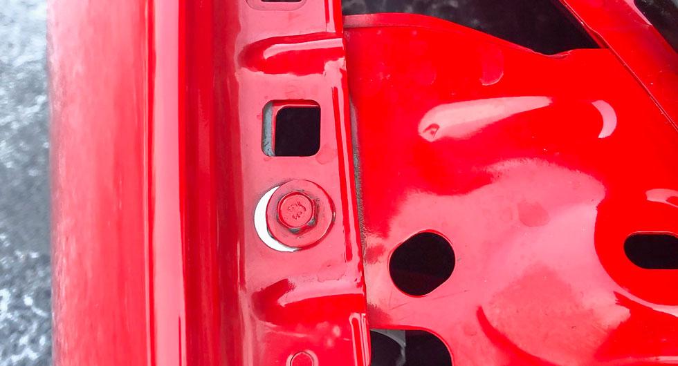 Under huven på Mustangen finns flera spår som vittnar om en skadereparation – och slarv i arbetet. Till exempel har framskärmen justerats i sidled på ena sidan.