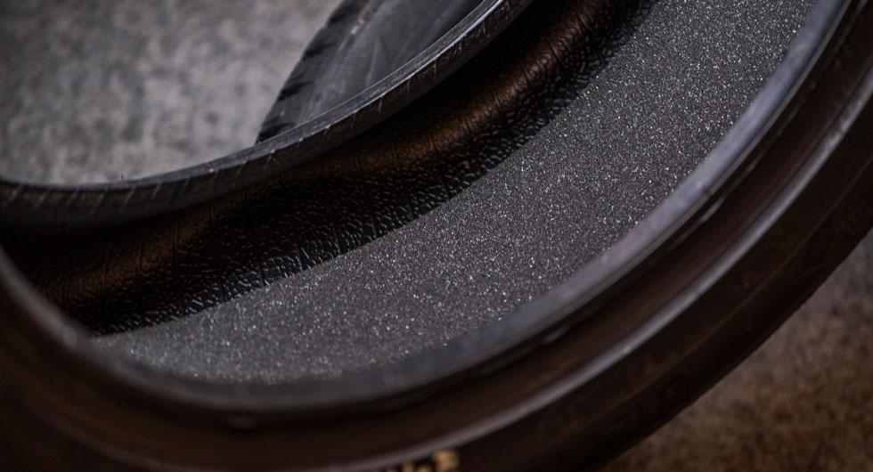 Testdimensionen 225/50 R 17 kan Goodyear – mot ett tillägg – erbjuda bullerdämpande filtmatta i sitt dubbdäck.