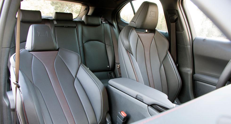 Lexuskupén har inbjudande finish och mjuka, välarbetade ytor. Alla testförare prisade stolarna. Mittkonsolens lock kan öppnas från två håll.