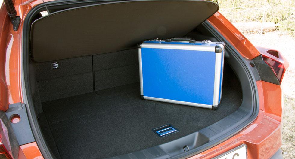 """Lexus: Rent ynkligt bagageutrymme med hög tröskel, tvådelat ryggstöd och sladdrig """"hatthylla"""" under vilken vår testväska inte kunde ställas. Barnvagnen fick stå kvar på marken."""