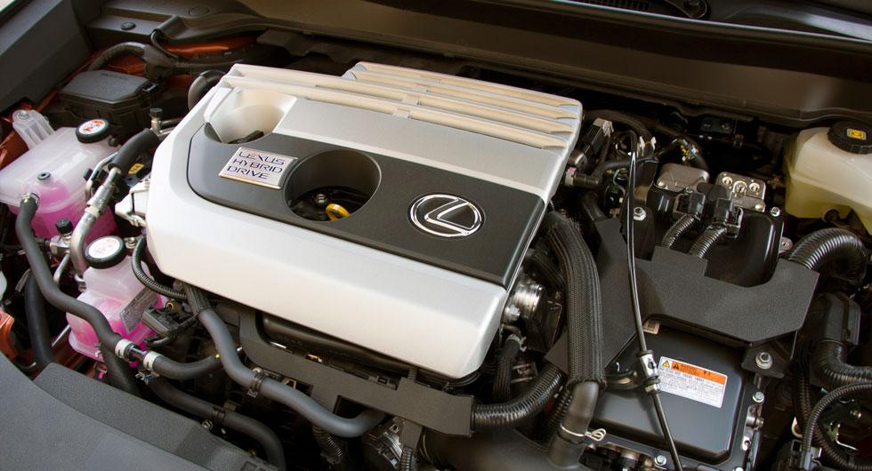 Lotus: En maskin som inte gör mycket väsen av sig annat än under hård acceleration. Hybriddriften känns väl intrimmad när det gäller gångkultur och bensinförbrukningen är låg.