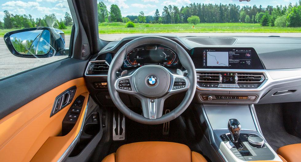 """BMW: Klassisk. Skärm och reglage är svagt vinklade mot föraren. BMW kallar instrumentpanelens struktur för """"Sensatec"""". Äkta läder kostar 12100 kr."""