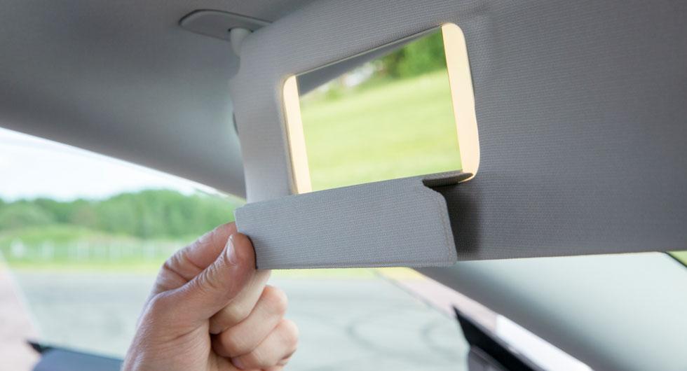 Spegelskyddet påminner om de skärmskydd som används till surfplattor. Solskyddet dras ut för att täcka i sidorutans längd.