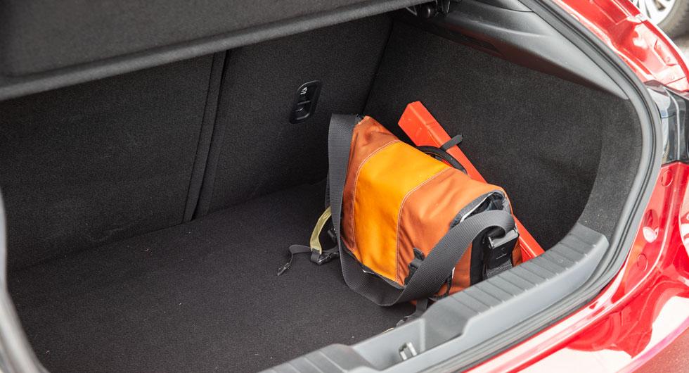 Bagageutrymmet i Mazda 3 är djupt och brett och har en hög invändig lasttröskel. Ingen genomlastningslucka.