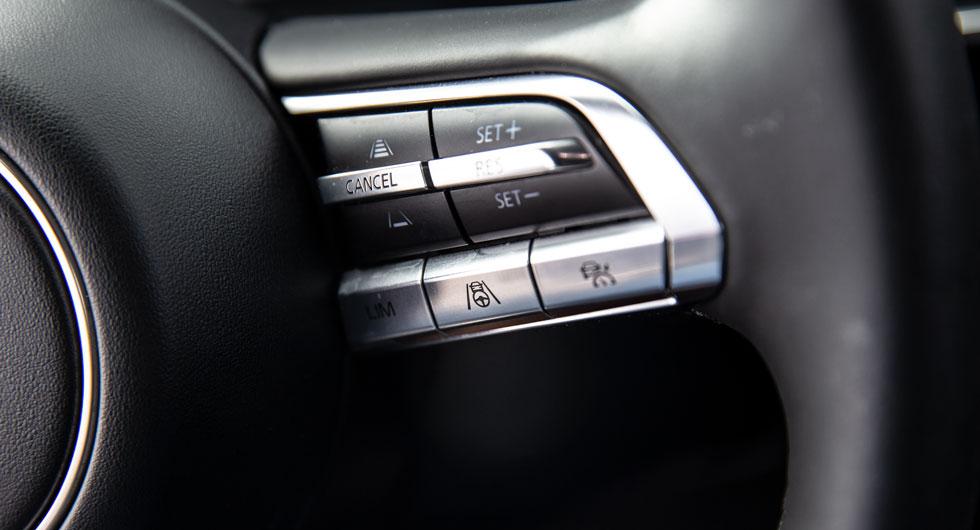 Knapparna på rattekrarna är stiligt utformade, men det gäller att lära sig funktionerna utantill. Den nedre radens symboler är svåravlästa under körning.