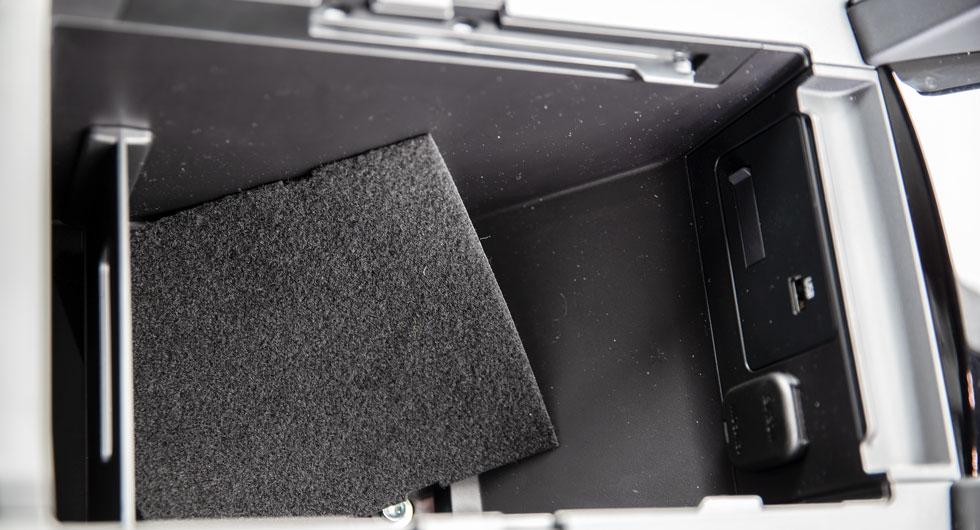 Mazda 3 är en nästan genomgående välbyggd bil. En viss spariver märks i botten på mittkonsolens förvaringsfack. Filtbiten ligger lös och påminner om ett välanvänt dammsugarfilter.