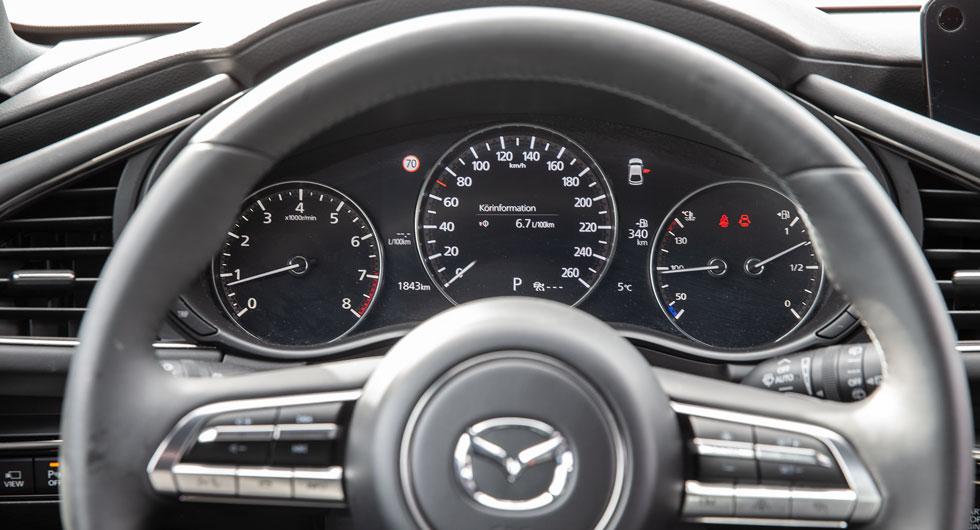 Ett klassiskt mätarhus i Mazda, men icke. Hastighetsmätaren är en digital skärm.