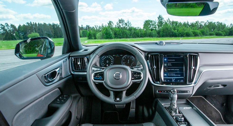 Volvo: Välbekant. En förarmiljö utan överraskningar, men Volvos formspåk uppskattas av många. Pekskärmens storlek förtas lite i allt det svarta.