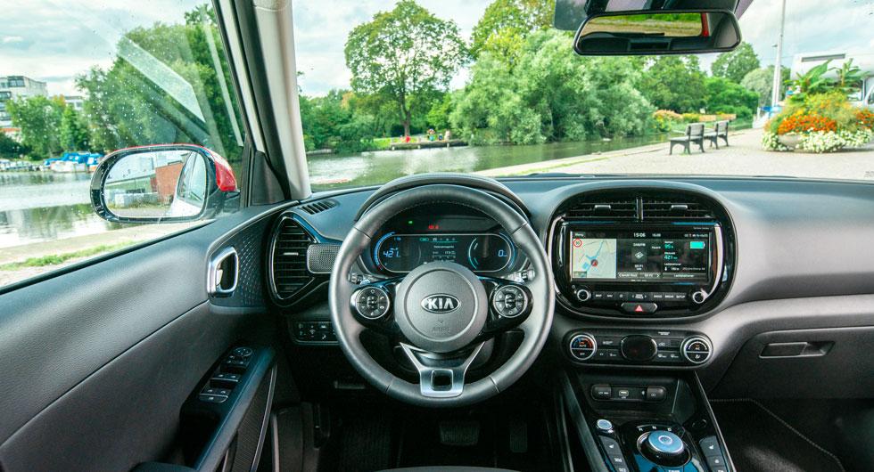 """Kia: Formgivarglädje i Kia och växelväljaren är ett vred – annars är knappar och reglage ungefär som i Hyundai. """"Pianolacken"""" ger ett grällt intryck."""