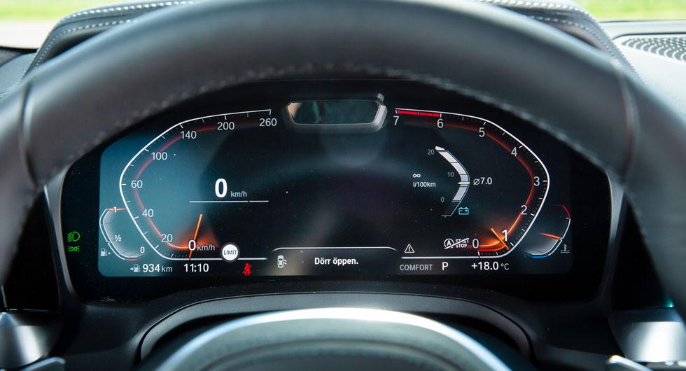 Digital instrumentering, men det går inte att växla design på mätarna. Displayen kan visa navigationskartan.