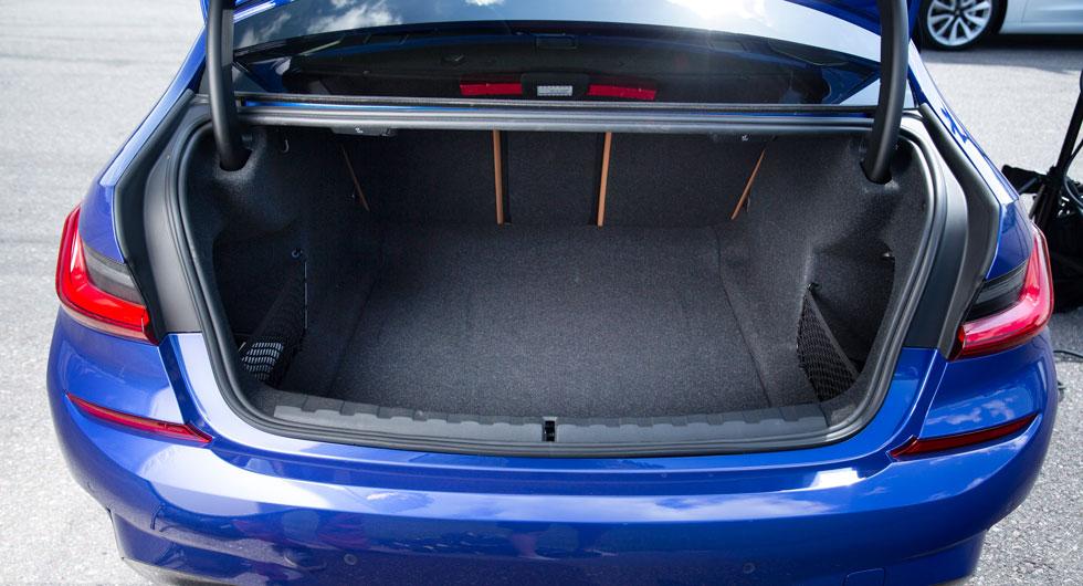 480 liter och testets näst största bagageutrymme. BMW är ensam om att fälla ryggdynan i 40/20/40 profil. Fyra ordentliga lastsäkringsöglor håller koll på lasten. Under bagagerumsmattan finns bilens batteri.