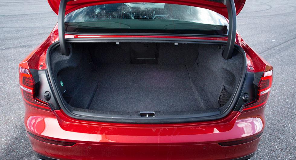 442 väldisponerade liter lastutrymme. Likt BMW använder Volvo klassiska gångjärn, Tesla har en mer utrymmeseffektiv lösning med gasdämpare. Av någon outgrundlig anledning går det bara att fälla baksätet från dess vänstra sida.