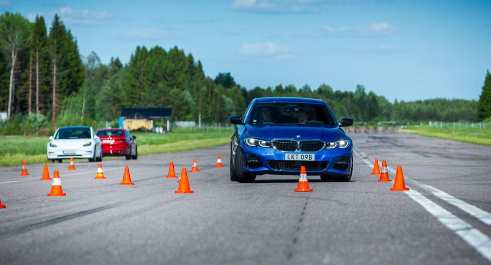 Snabb styrning gör att föraren vrider bort greppet och BMW understyr.