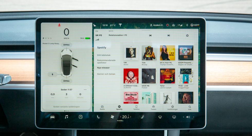 Liggande 15-tums skärm ger bra överblick, exempelvis när man bläddrar genom Spotifys musikkatalog. Spalten till vänster visar bilens hastighet och funktioner.