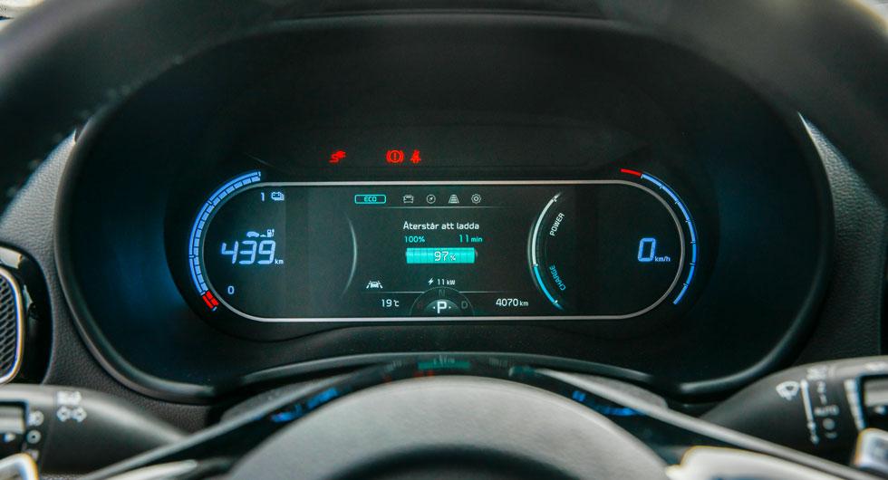 Kias visning är egentligen ordnad på samma sätt som i Hyundai men i två rundlar och placeringen av informationen är annorlunda.