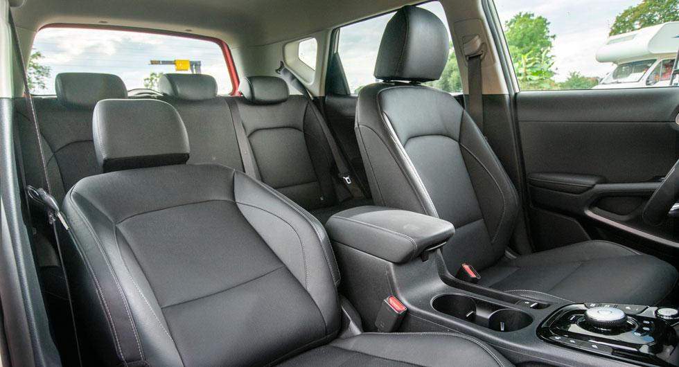 Enkelt att kliva i och ur Kias upprätta kaross och sikten runt om är klart bättre än i  Hyundai och Nissan. I längsled skjutbart lock på mittfacket står på önskelistan.