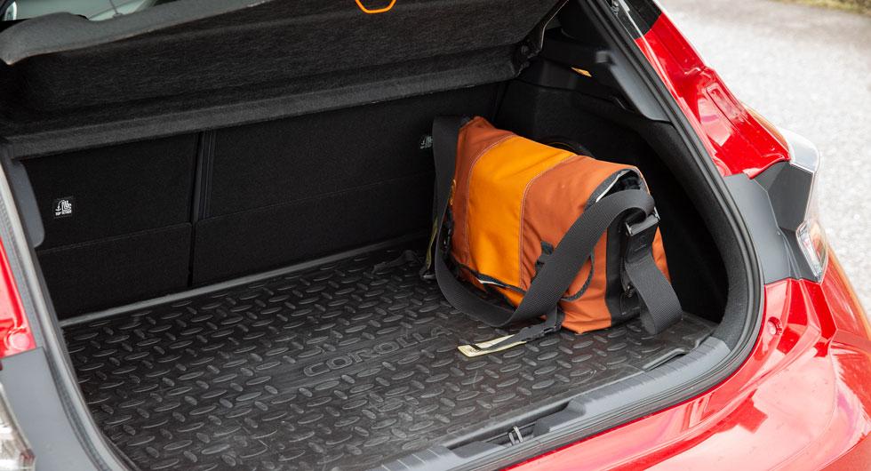 Lastgolvet är högt i Corolla och lutningen på bakluckan begränsar lastförmågan.