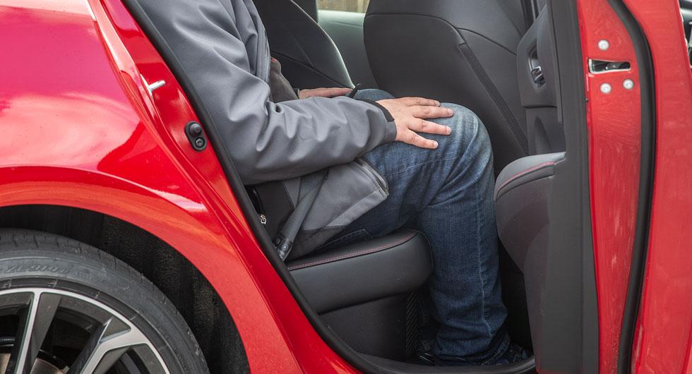 Med framstolen inställd för en normallång, vuxen passagerare blir det inte mycket plats över i baksätet.