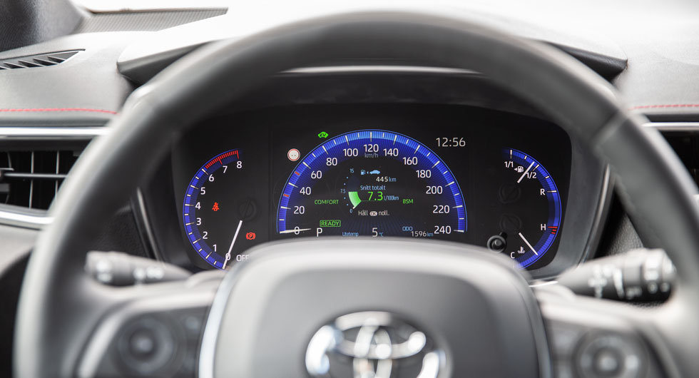 Framför Corolla-ratten finns endast en stor skärm som visar all möjlig information. Grafiken är överbelamrad med siffror som inte hjälper läsbarheten. Tacksamt nog finns en head up-display som vi hellre tittar på.