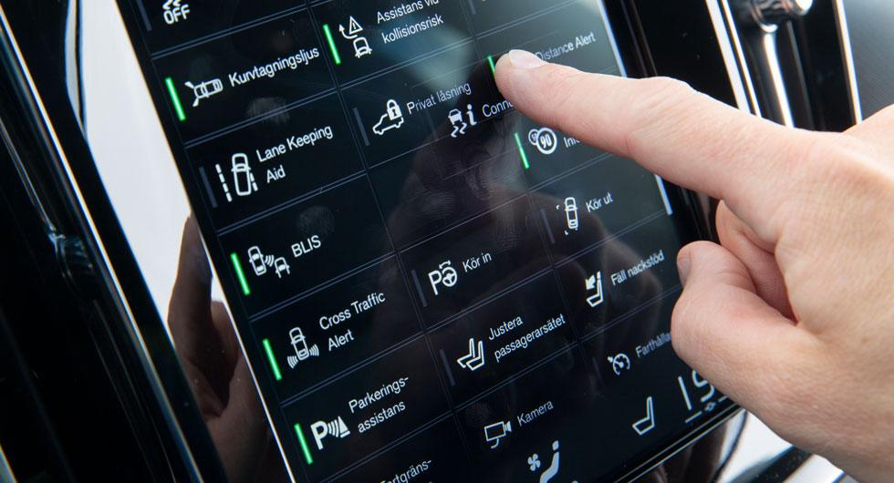 Samma typ av skärm som i 90-serien. Ikonerna till bilens säkerhetsfunktioner kan flyttas så att de funktioner som används ofta blir mer tillgängliga.