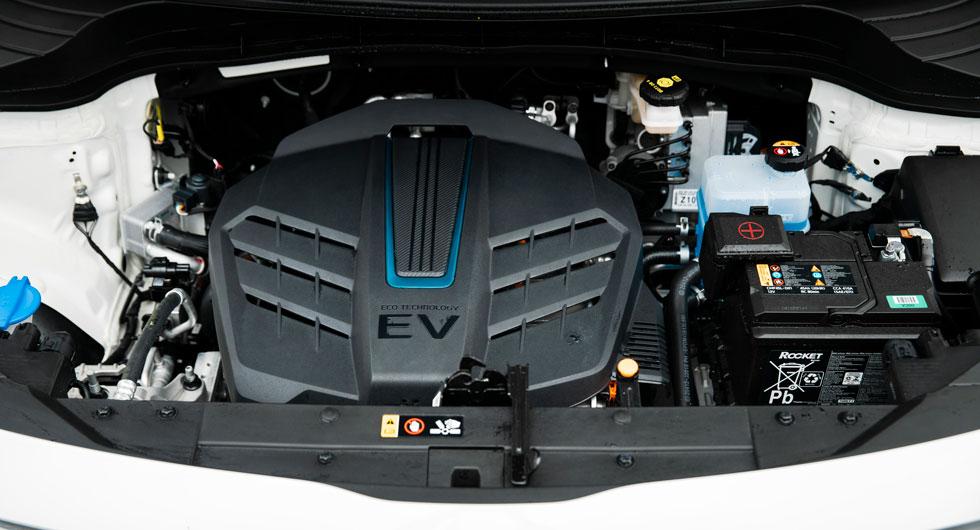 Motorrummen är identiskt utformade, inte så konstigt eftersom det är exakt samma grejer i e-Soul och Kona. Men Kia är inte riktigt lika kvick och drar ett uns mer än Hyundai.