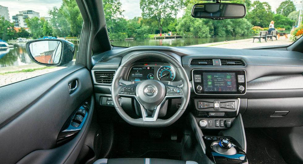 """Nissan: Smidig """"växelpuck"""" i Leaf, men förarmiljön ger ett ganska oordnat intryck med knappar som tycks ha grupperats slumpvis. Dålig sikt snett framåt."""