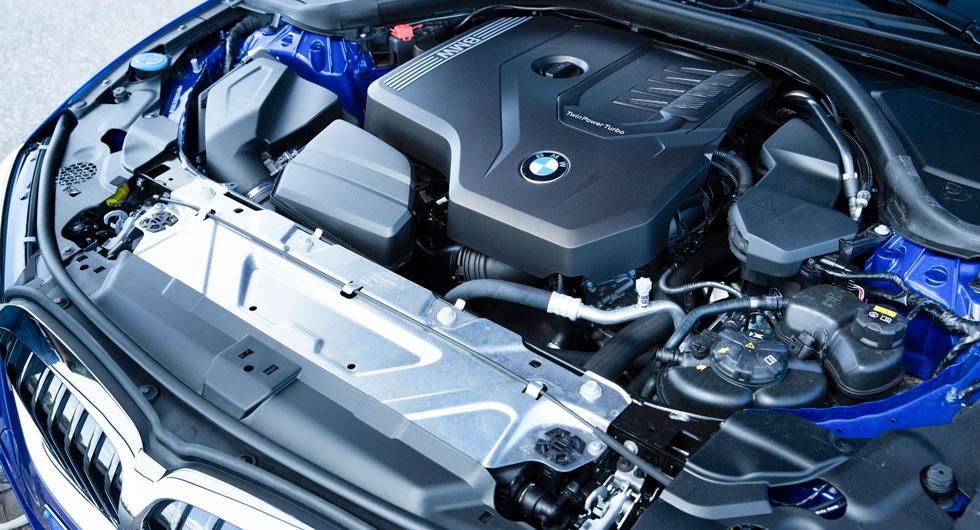 """Under plastkåporna vilar den längsmonterade fyrcylindriga modulmotorn, det är """"bara"""" att lägga till två cylindrar för att få den sexcylindriga motorn i den kommande 340i."""