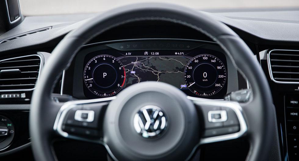 För att byta Golfens två mätarstrutar mot en skärm framför ratten måste man betala 6700 kronor extra. Det är förmodligen en klok investering som höjer andrahandsvärdet.