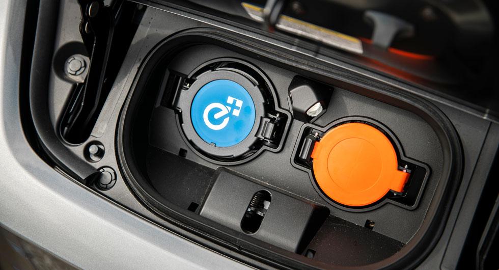 Alla tre har sina ladduttag bakom lucka i fronten. Bara Nissan har så kallad Chademo-standard för snabbladdning (blått lock), förutom vanlig kontakt (orange lock).
