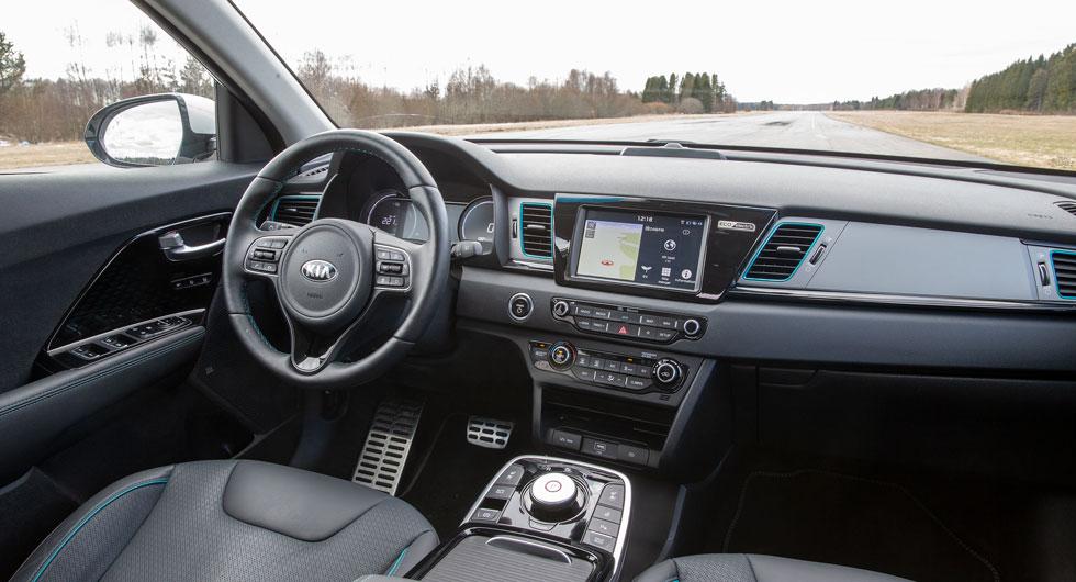 """Kia e-Niro har den luftigaste och rymligaste kupén. Man sitter högt, nästan """"ovanpå"""" bilen, men bekvämt. Mittkonsolen är full av stora förvaringsfack."""