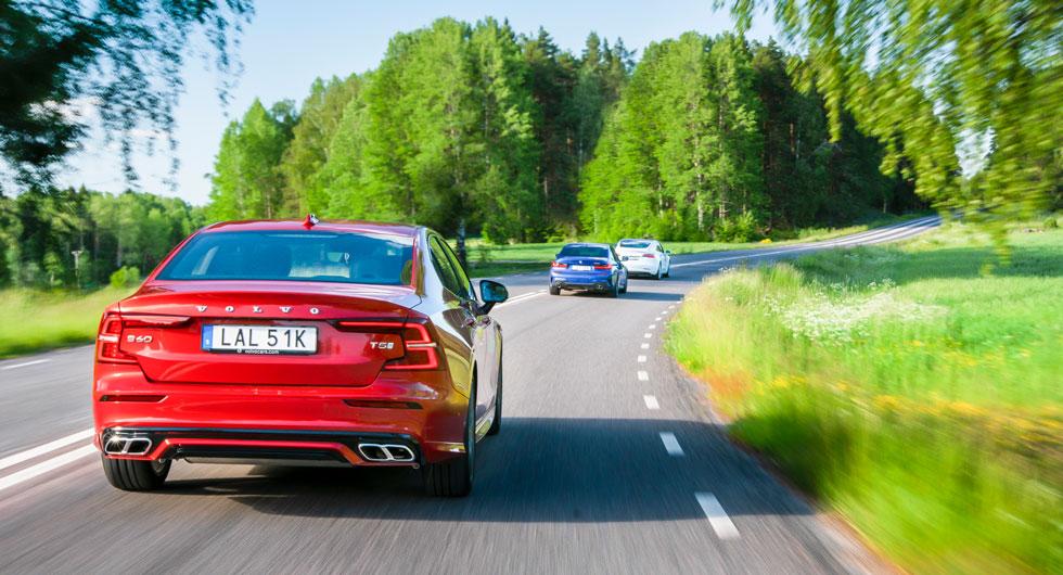 Väl synliga avgasutblås för Volvo och BMW. Av förklarliga skäl saknar Tesla den detaljen...