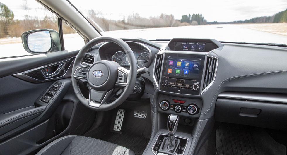 Subaru: Impreza har tunna takstolpar som ger mycket bra sikt snett framåt. Vad den lilla skärmen ovanpå instrumentpanelen tillför har vi ingen aning om.