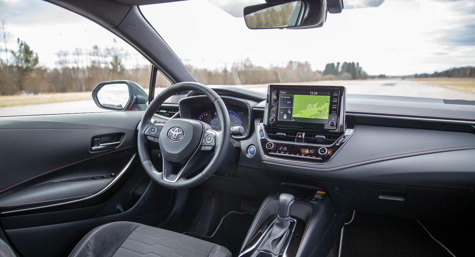Även Toyota Corolla har tunna takstolpar fram, men sikten bakåt är sämre än i Subaru. Förarplatsen upplevs ombonad och välbyggd.