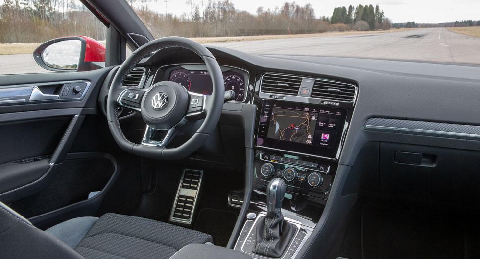 VW: Testbilen har extrautrustning för 100000 kr och då ser Golf så här lyxig ut invändigt. Här är det lätt att hitta en bra körställning.