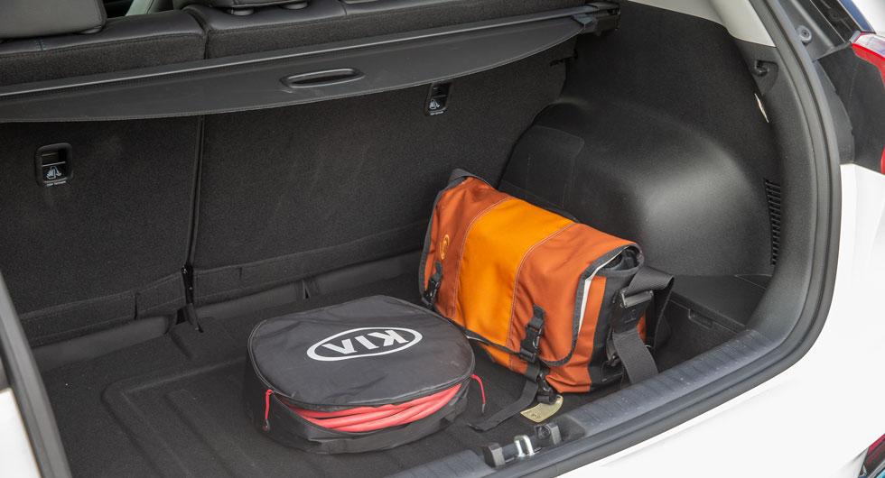 Kia har ett bra bagageutrymme för att vara en elbil. Lastförmågan står sig bra även i relation till bensinbilarna, men genomlastningslucka saknas.