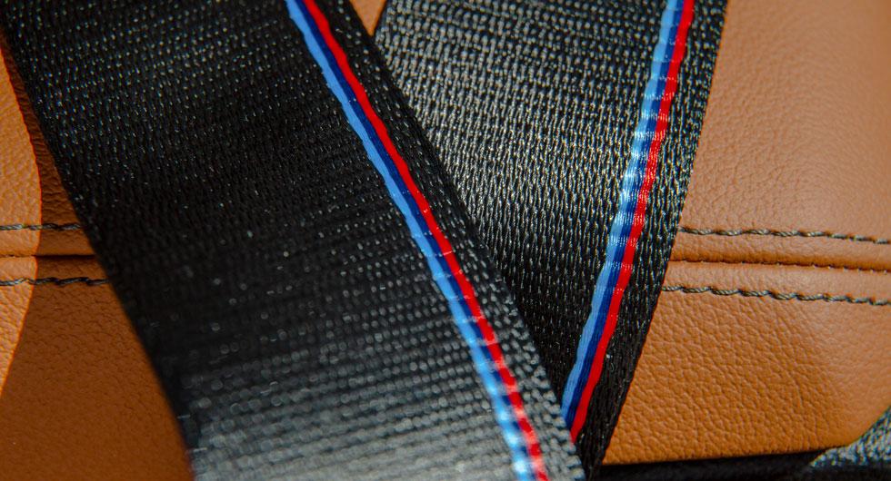 BMW M Sports färger infläta-de i säkerhetsbältet är en trevlig detalj som betingar ett pris av 3100 kronor.