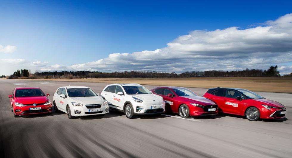 En hybrid, en elbil och tre bensinbilar gör upp om segern i årets största Golfklasstest.