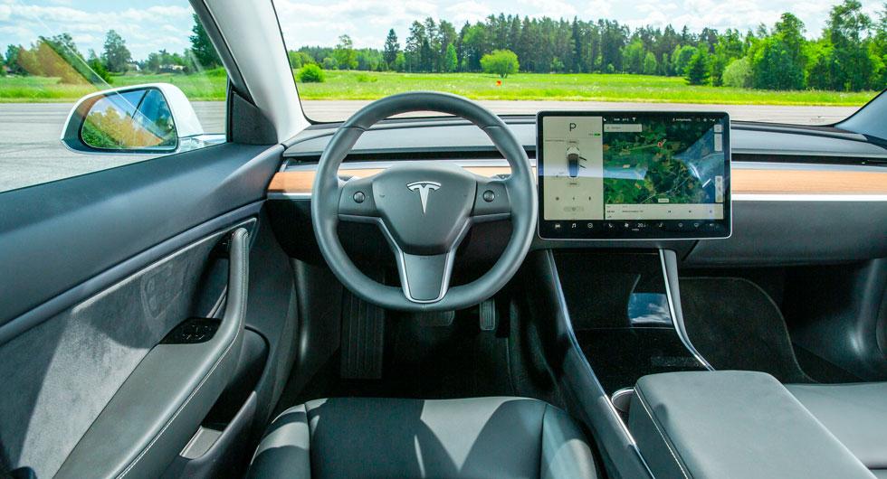 Tesla: Avskalad. Spalten mellan träpanel och instrumentbrädans övre del är ett friskluftsutblås som kontrolleras med pek- och nyprörelser på skärmen.