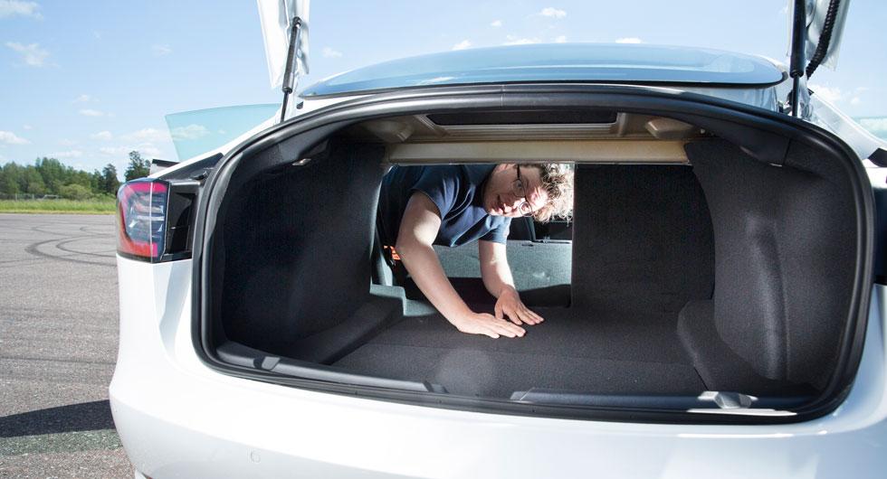 Model 3 fäller baksätet från kupén. 60/40-delning. Under bagagerumsgolvet finns ett stort lastfack för exempelvis laddsladdar och den avtagbara dragkroken. Lastsäkringsöglor saknas. Lastvolym: 542 liter.