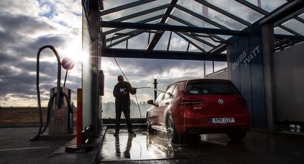 Testförare Ellmark gör Volkswagen Golf fin inför fotografering. Snabbtvättstationerna gör jobbet lättare och snabbare när fem bilar ska tvättas.