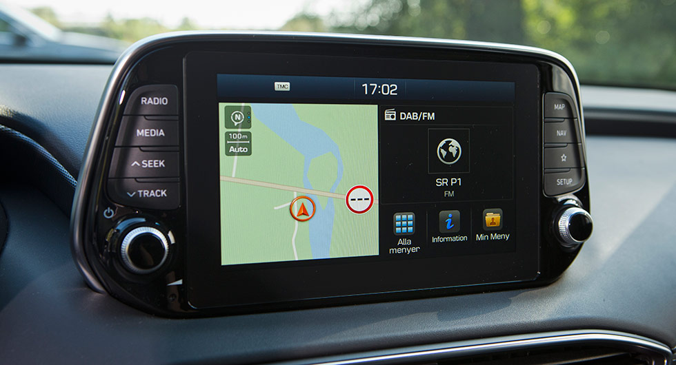 Pekskärm kompletterad med fysiska knappar ger enkelt handhavande. En uppkopplad version är på gång tills vidare får man använda Car Play alternativt Android Auto.