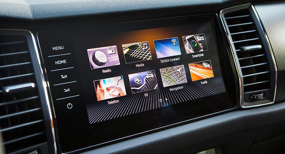 Knivskarp skärm med tydlig grafik, men testlaget föredrar Seats något mindre skärm med fysiska vred för volym och scrollfunktioner. Uppkopplade tjänster finns.